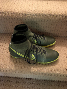 Nike. Elastico indoor soccer shoes. green. Mens 9.5