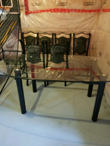 Like new dinning room set table and 6 chairs