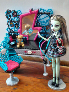 Poupée Monster High + Coiffeuse/Monster High Doll + Vanity