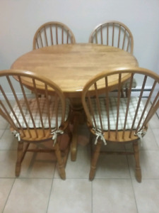 KITCHEN SET WITH TWO EXTRA LEAVES AND FOUR CHAIRS.