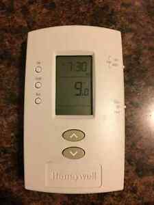 7-Day Programmable Thermostat - works fine Kingston Kingston Area image 1