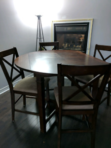 Beautiful Bar table with 4 chairs in good condition