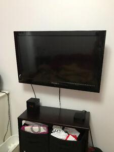 Télévision 32 pouces Dynex avec support mural inclus