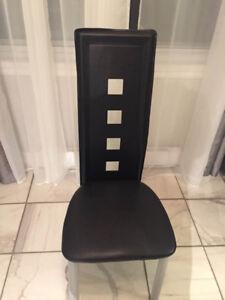 chaises de cuisine en cuir noir très propre