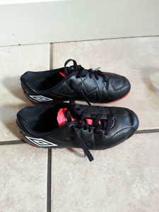 SIZE 2 YOUTH UMBRO SOCCER SHOES-NEW