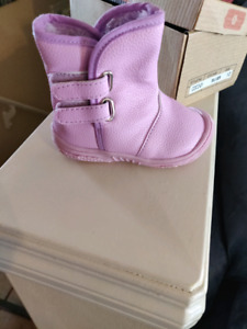 Baby winter boots, fits size 5. Brand new, never been worn.