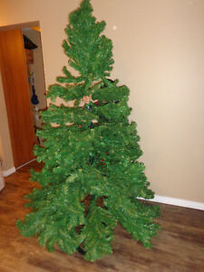Beautiful Christmas tree; the Hight is 7.5 Inches or 203 Centime London Ontario image 1