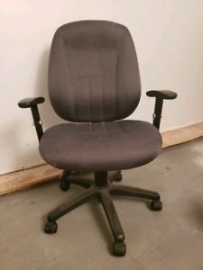 Chaise d'ordinateur avec accoudoirs