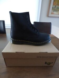BNIB Dr Martens Air Wair 8 Eyelet Boot - 1460 Black
