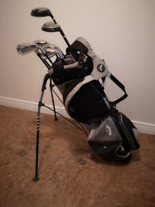 Callaway gulf bag with stand and carrying strap with clubs .