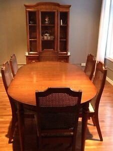 Dining room table + 6 chairs + hutch