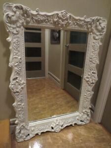 Grand miroir biseauté style Baroque blanc.