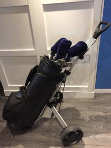 Sac, bâtons et voiturette de golf pour femme