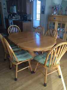 Beautiful Oak Table and 4 matching chairs