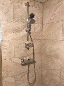 Colonne de douche avec douchette et valve thermostatique