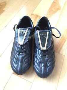 Wilson Soccer cleats - Boys Size 4