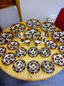 FINE BONE CHINA DINNER SERVICE. IN SIMILAR STYLE OF ROYAL CROWN DERBY