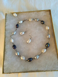 Collier de perles ovales assorti des boucles d'oreilles