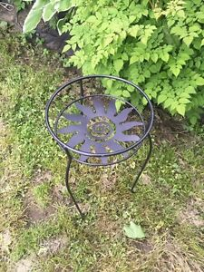 Little metal table / plant stand