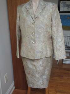 Stunny and a classic - Damask brocade suit   Size 16