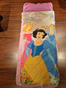 Matelas gonflable et sleeping princesses pour enfant