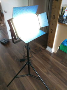 LED bi-colour video light with stand