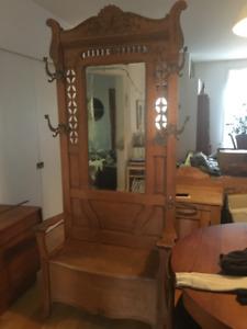 Antiquité. Chaise entrée en chêne avec miroir biseauté.