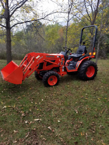 Kubota B2320 Diesel Tractor 4WD with HST and Loader Low HRS
