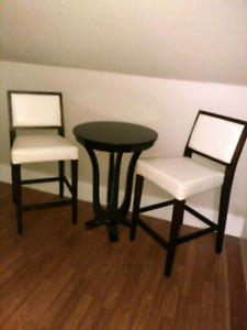 Bar style table and chairs. Like new