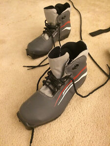Atomic Motion 10 Cross country ski boots, Mens size 5.5