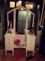 Antique Vanity with Trifold Mirror/Distressed/Antique White