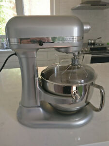 KitchenAid Deluxe 5 stand mixer with attachments