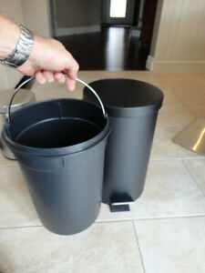 Selling 2 Garbage Cans -One Matte Black One and Stainless One Kitchener / Waterloo Kitchener Area image 4