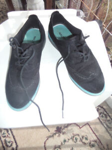 ladies black suede size 9 lace up shoes, exc clean cond.