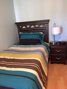 Mobilier de chambre à coucher, lit simple, matelas et literie