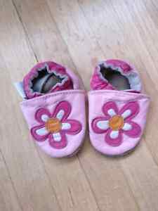 Robeez Size 0-6 pink flower - used -  2$ - check my other ad's