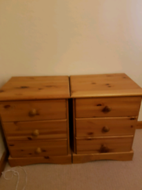 2 bedside chest of drawers