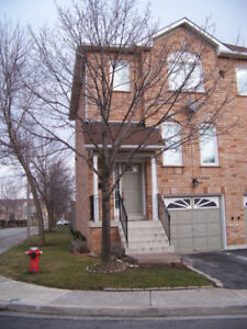 ***FOR RENT: FULL TOWNHOUSE IN STREETSVILLE, MISSISSAUGA