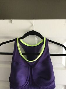 Lightly worn Nike workout tank( with light-med support bra) Windsor Region Ontario image 3