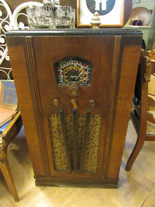 ANTIQUE 1938 CABINET RADIO IN WORKING CONDITION