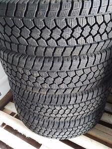 4 pneus d'hiver TOYO F150 Moins de 3000Km