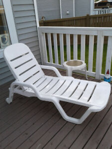 Outdoor Lounger & side table - Great Shape