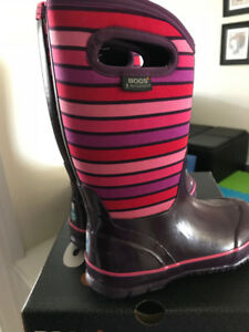 Girlsjust like new bogs sz.2 with box