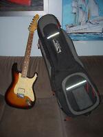 Guitare électrique avec l'étui et ampli.