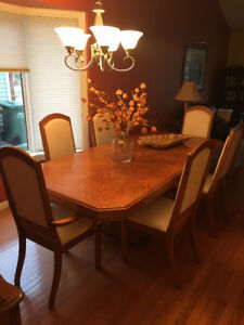 Stunning Solid Oak Dining Room Table and Four  chairs