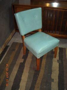 Petite chaise vintage en cuir bleu.. livraison gratuite possible