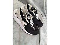 Black and white Nike huaraches size uk 6