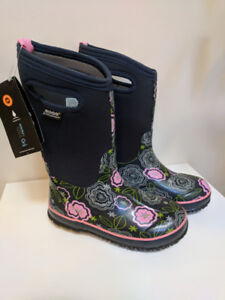 NWT Bogs winter boots size 3