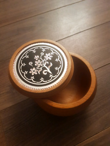 Floral copper designed round wood box