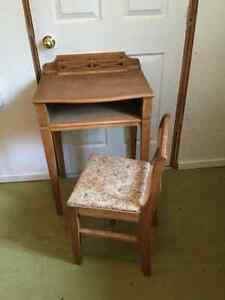 Petit meuble antique et chaise
